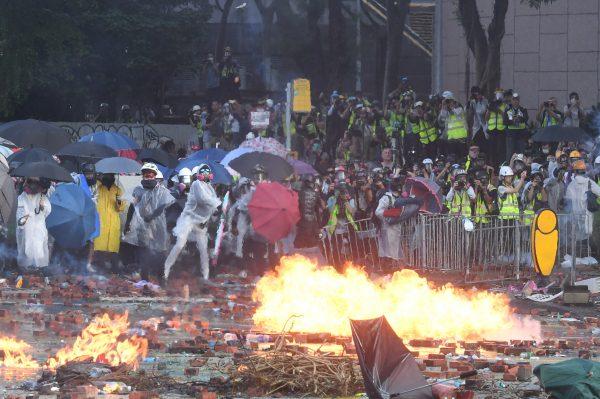 香港理工大學外有暴徒向警方投擲汽油彈。