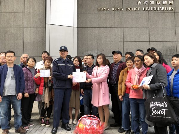 家庭團聚會年初二到香港警察總部慰問警察