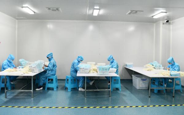 新冠肺炎疫情防控期間,內地醫用防護用品企業加緊生產醫用防護用品(新華社)